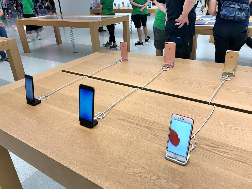 iPhones in Apple Store